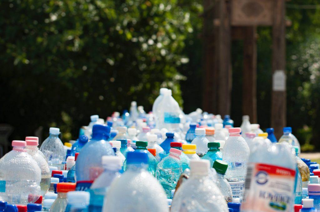 Maceta con botellas de plástico reciclado.